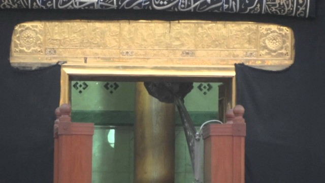 Door of kaaba opening 2012 {full HD